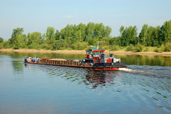 Ein Lastkahn auf einem Fluss Stockbilder