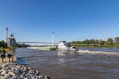 Ein Lastkahn, der nordwärts auf Fluss Missouri in Omaha sich verschiebt stockbild