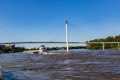 Ein Lastkahn, der nordwärts auf Fluss Missouri in Omaha sich verschiebt lizenzfreies stockfoto