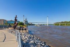 Ein Lastkahn, der nordwärts auf Fluss Missouri in Omaha sich verschiebt stockfoto