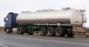 Ein Lastwagen transportiert Treibstoff Lizenzfreie Stockbilder