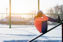 Ein laufender Winter der jungen Frau stockfotos