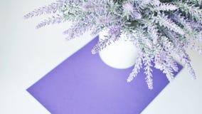 Ein Lavendelblumenstrauß in einem Vase auf einem Hintergrund des weißen Veilchens Lizenzfreies Stockfoto