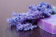 Ein Lavendelblumenstrauß und eine handgemachte Seife Lizenzfreie Stockbilder