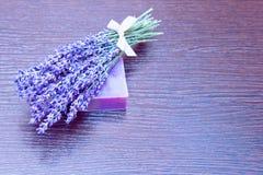 Ein Lavendelblumenstrauß und eine handgemachte Seife Lizenzfreies Stockfoto