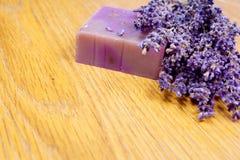 Ein Lavendelblumenstrauß und eine handgemachte Seife Lizenzfreies Stockbild