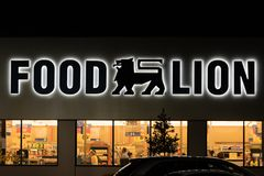 Ein Lebensmittel-Löwegemischtwarenladeneingang nachts Lizenzfreies Stockfoto