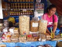 Ein Lebensmittelverkäufer neben der berühmten Antipolo-Kirche verkauft eine große Vielfalt der gebürtigen und lokalen Lebensmitte Lizenzfreies Stockbild
