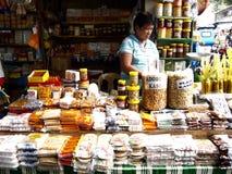 Ein Lebensmittelverkäufer neben der berühmten Antipolo-Kirche verkauft eine große Vielfalt der gebürtigen und lokalen Lebensmitte Lizenzfreies Stockfoto