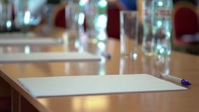 Ein Leerbeleg des Papiers A4 auf dem Tisch mit einem Stift Eine Geschäftspublikumsschulklasse stock footage