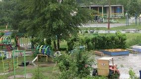 Ein leerer Kind-` s Spielplatz im Regen stock video footage