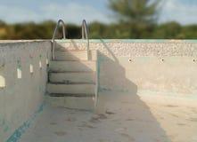 Ein leerer konkreter Swimmingpool Stockfoto