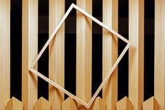 Ein leerer Rahmen gesetzt auf eine Täfelung in einen Raum als Abstraktion Stockbild