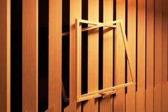 Ein leerer Rahmen gesetzt auf eine Täfelung in einen Raum als Abstraktion Stockfoto