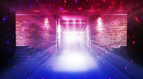 Ein leerer Raum mit Backsteinmauern und konkretem Boden Leerer Raum, Treppe oben, Aufzug, Rauch, Smog, Neonlichter, Laternen lizenzfreie stockfotos