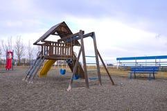 Ein leerer Spielplatz mit einem netten blauen Himmel Stockbild