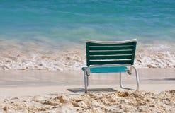 Ein leerer Stuhl auf einem sandigen Strand Stockfotos