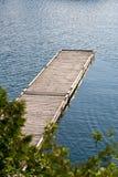 Ein leeres Dock, das in das Wasser sich ausdehnt Stockfotografie