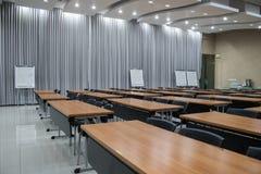 Ein leeres Konferenzzimmer und ein wei?es Brett f?r Kommentar mit Kopienraum lizenzfreie stockfotografie