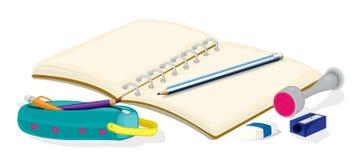 Ein leeres Notizbuch, Bleistifte, ein Bleistiftkasten, ein Radiergummi und ein Scharfes Stockfoto