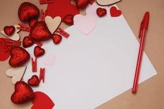 Ein leeres Papier für den Kopien-Text und Mitteilung umgeben durch Funkeln und glänzende Herzen mit Bleistift Herz-geformter Vale Lizenzfreies Stockfoto
