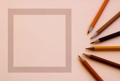 Ein leeres Quadrat für den Text mit einem braunen Bleistift folgend Lizenzfreie Stockfotos