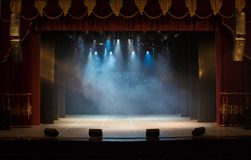 Ein leeres Stadium des Theaters, beleuchtet durch Scheinwerfer und Rauch stockfotos