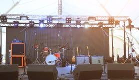 Ein leeres Stadium vor dem Konzert mit Flutlicht, Musikinstrumente Lizenzfreie Stockbilder