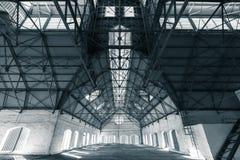 Ein leeres trostloses Industriegebäude nach innen Lizenzfreie Stockbilder