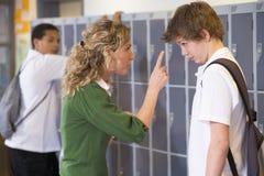 Ein Lehrer, der weg einem Kursteilnehmer erklärt Lizenzfreies Stockbild
