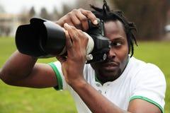 Ein leidenschaftlicher Fotograf auf dem Stiel Stockbild