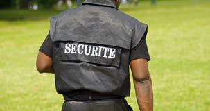 """Ein leterring Zeichen an der Rückseite der Rückseite des guarg Mannes """"Sicherheit"""" Lizenzfreies Stockfoto"""