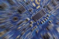 Ein leuchtendes Mädchen, ein digitaler Tunnel und ein Laptop Rechnerschaltungs-Brett (PWB) Stockfoto