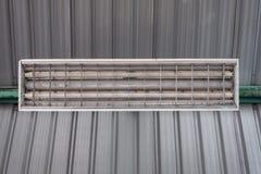 Ein Leuchtstoffrahmen unter der Decke stockfotografie