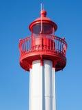 Ein Leuchtturm gegen einen Hintergrund des blauen Himmels Lizenzfreies Stockfoto