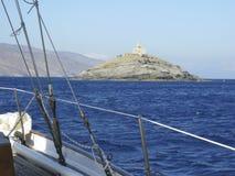 Ein Leuchtturm nahe Andros Griechenland, wie von einem Segelboot gesehen stockfotografie