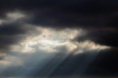Ein Lichtstrahl von einem bewölkten Himmel Stockbild