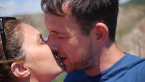 Ein liebevolles glückliches Paar küsst gegen eine schöne Landschaft HD, 1920x1080, Zeitlupe stock footage
