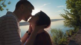 Ein liebevolles junges Paar, das auf umarmt und küsst stock video footage