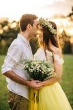 Ein liebevolles Paar, das in einem Frühling umarmt, parken lizenzfreies stockbild