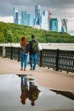 Ein liebevolles Paar, das entlang den Damm des Moskau-Flusses geht stockbilder