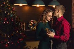 Ein liebevolles Paar feiert Weihnachten stockbilder
