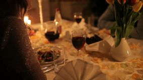 Ein liebevolles Paar speist durch Kerzenlicht nahe dem Kamin stock video footage