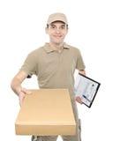 Ein Lieferbote, der ein Paket holt Stockbild