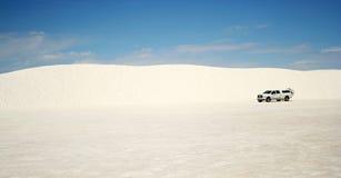 Ein LKW in den weißen Sanden Lizenzfreie Stockfotografie