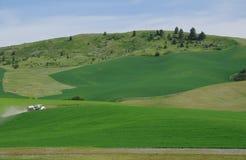 Ein LKW, der Ackerland durchläuft Stockfoto
