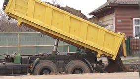 Ein LKW füllt den Boden mit den neuen Rohren für die Heizung, die hauptsächlich ist und ersetzt und baut die alte Stadtheizungsha stock footage