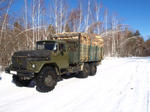 Ein LKW mit firewoods Stockfotos
