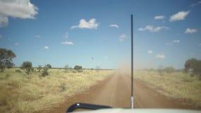 Ein LKW und ein Hubschrauber trifft sich stock video footage