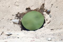 Ein Loch in der Betonmauer Stockbild